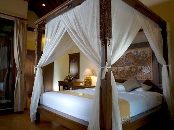 pat cu baldachin in dormitor